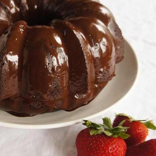 Easy Mocha Glaze Icing - Drizzle this over chocolate cake, and you will be in heaven! #chocolate #icing #frosting #glaze