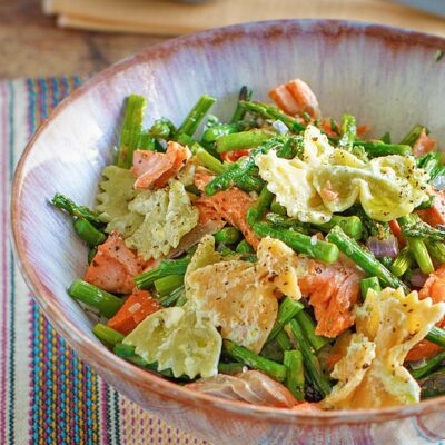 Smoked Salmon Pasta Salad with roasted asparagus and a creamy pesto sauce is a delicious easy dinner or side dish! You only need a few ingredients and under 30 minutes to make this scrumptious pasta recipe. #salmon #pastasalad #asparagus #wearychef