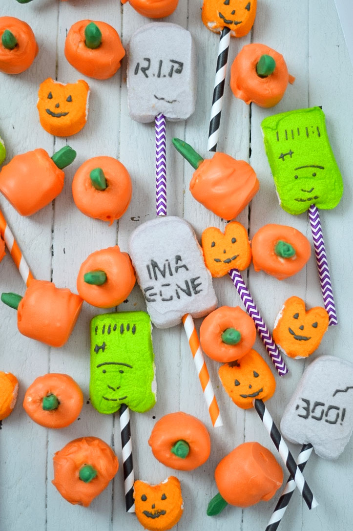 These cute Halloween pumpkin marshmallow pops are fun to make, cute to share, and tasty to eat!