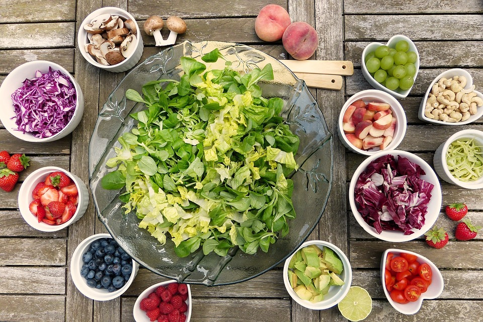 fresh salad, one of the lunch ideas you can bring to your office
